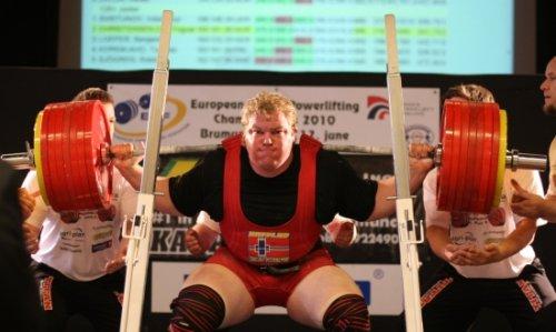 Норвежец побил рекорд в приседаниях
